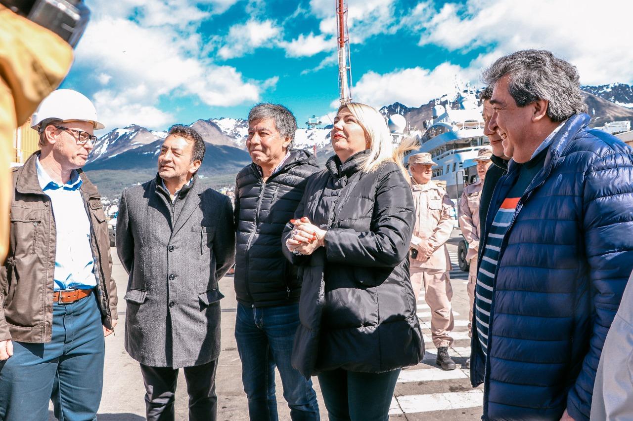 Becerra calific de fundamental el trabajo de dragado del puerto de ushuaia - Trabajo en el puerto ...